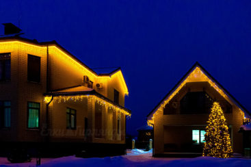 Гибкий неон и бахрома в световом оформлении дома